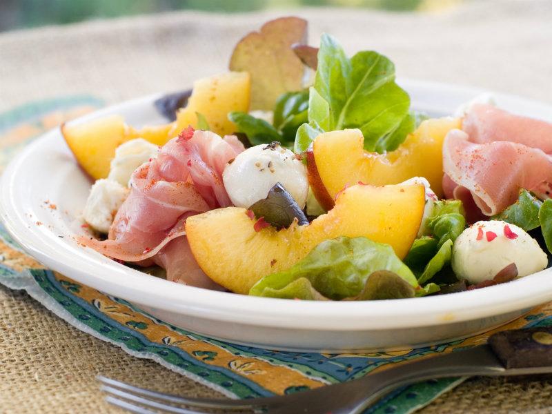 Итальянский салат с манго и пармской ветчиной